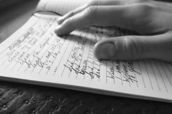 Um homem colocando o dedo nas palavras em um livro