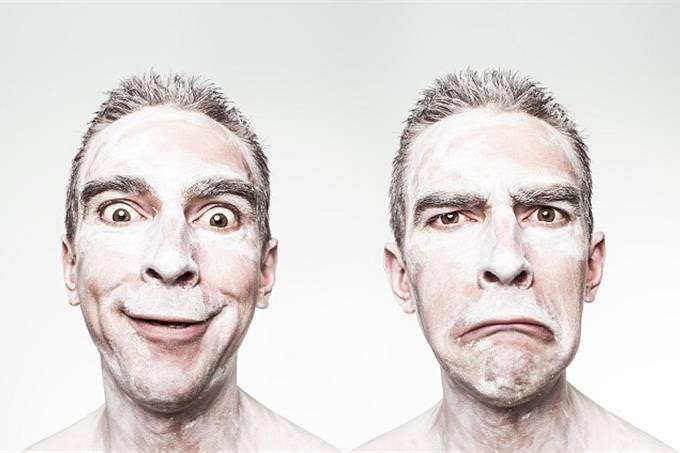 um homem sorrindo ao lado de seu rosto zangado