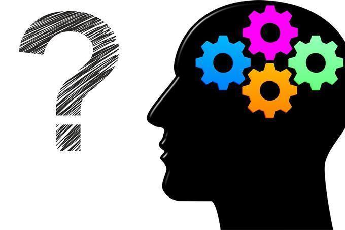 Um cérebro em engrenagens ao lado de um ponto de interrogação
