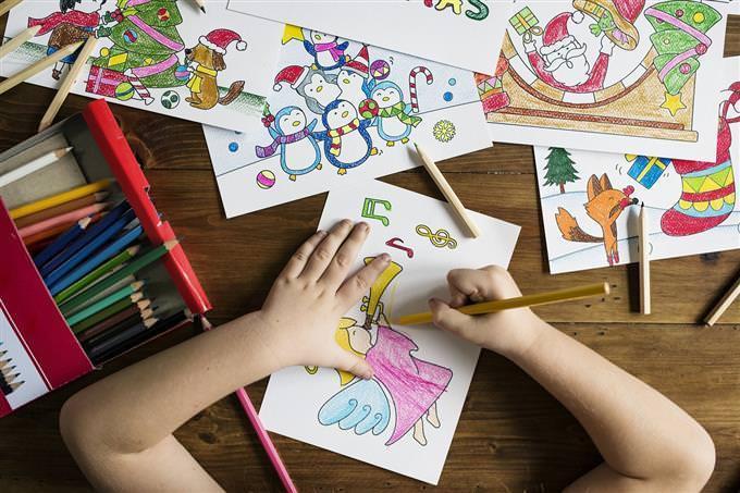 mãos de uma criança desenhando