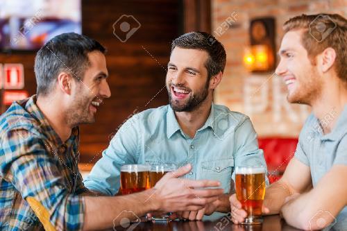 Três homens num bar