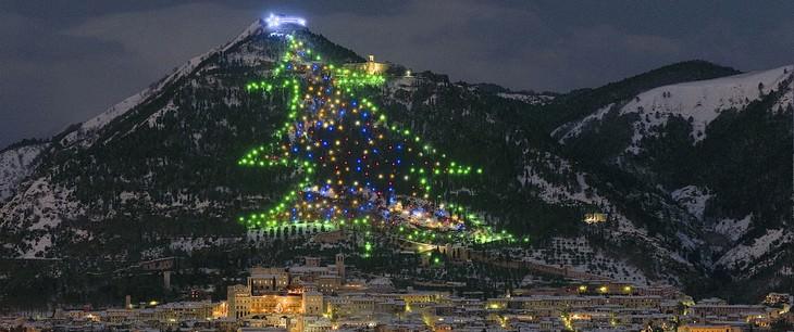 Belíssimas árvores de Natal Gubbio Itália
