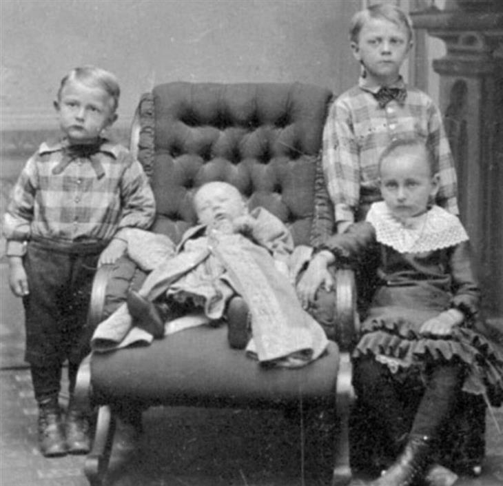 Fotografias port-mortem bebê morto com irmãos vivos