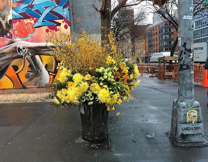 Lixo transformados em vasos com flores
