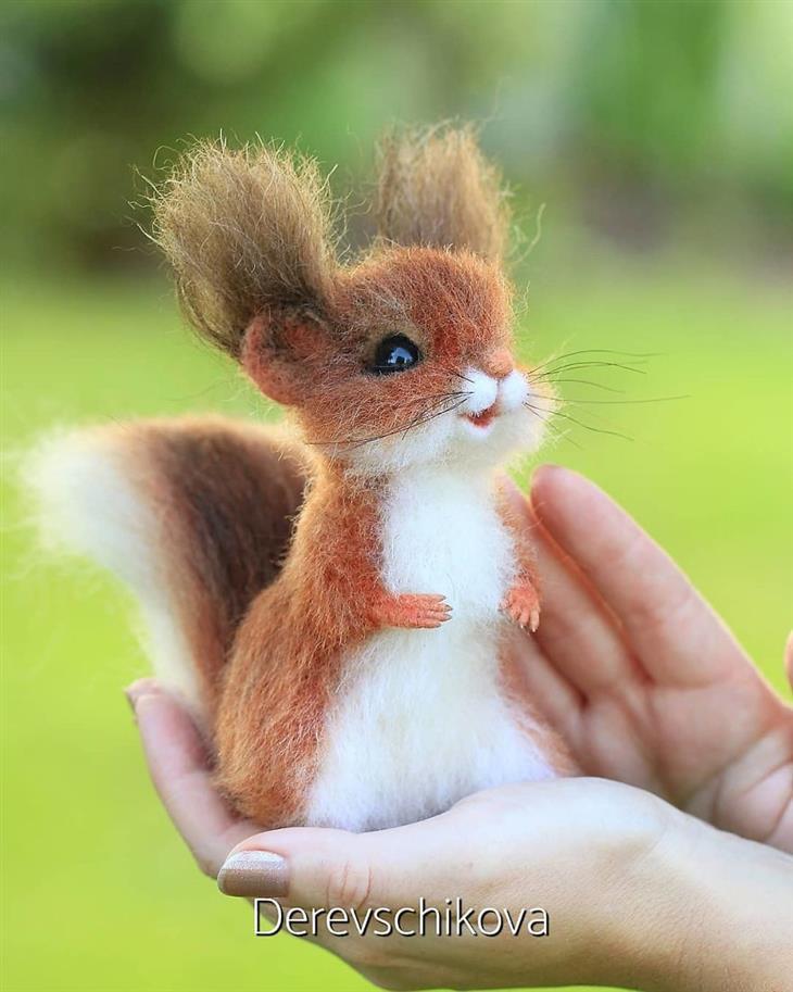Animais de feltro cardado esquilo