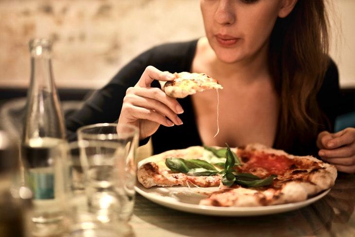 Mulheres e doenças cardíacas  - comendo pizza