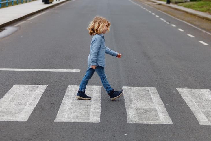crianças atravessando a rua