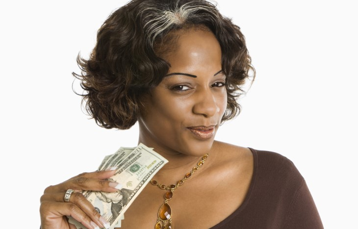 Piada: O dinheiro amassado - mulher segurando dinheiro
