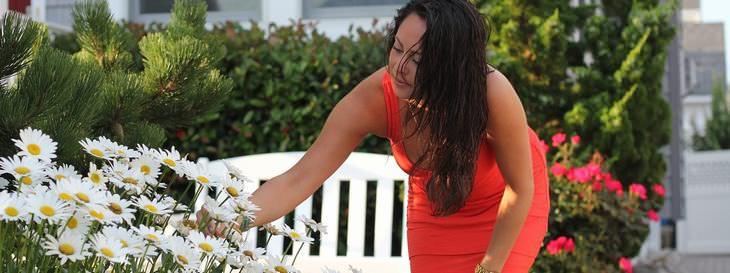 Um Porsche bem baratinho - mulher plantando flores