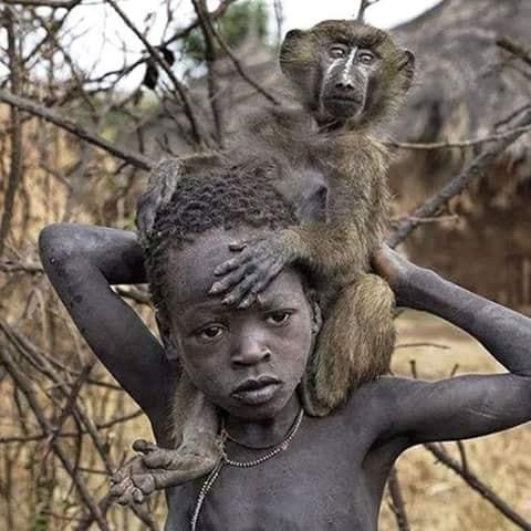 Crianças de Várias Culturas-menino africano com macaquinho
