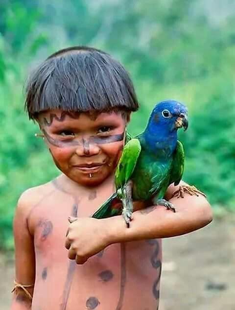 Crianças de Várias Culturas - curumim com papagaio