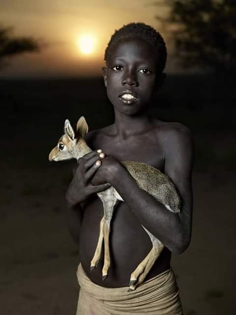 Crianças de Várias Culturas-menino africano com baby impala