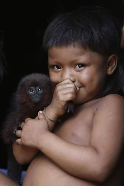 Crianças de Várias Culturas-menino com macaquinho