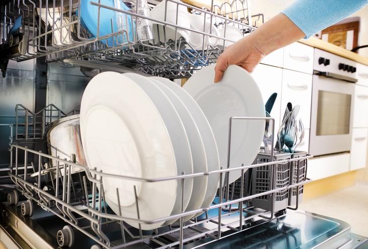 Sete Erros na Limpeza da Casa - lavar louça