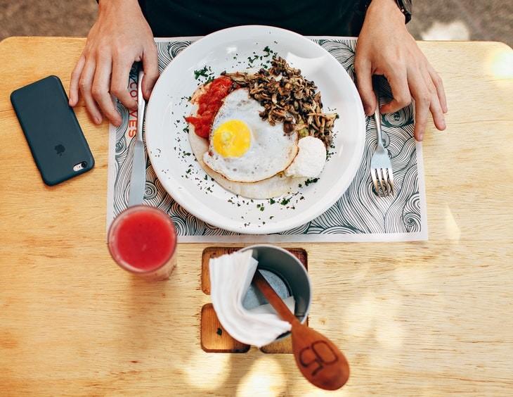 Os efeitos da deficiência de colina - prato com comida