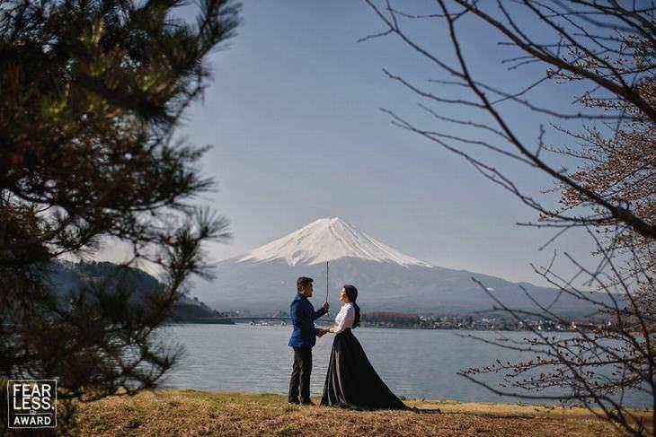 Fotos de bodas pareja frente a un lago