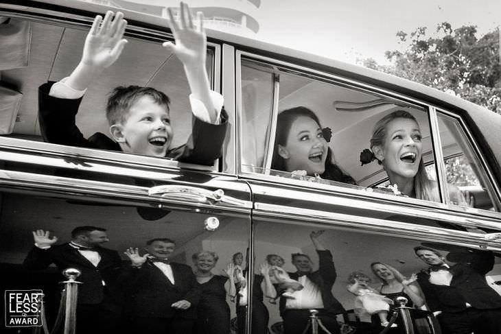 Fotos de bodas damas de honor y niño paje de boda en auto clásico