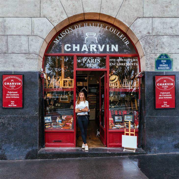 Lojinhas de rua em Paris Julia Charvin na porta da única fábrica de cores para artistas em Paris