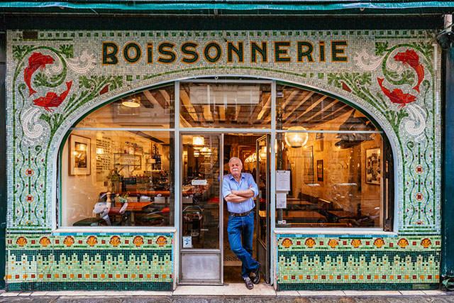 Lojinhas de rua em Paris Drew Harré, relaxando na entrada do seu restaurante de peixes e vinhos