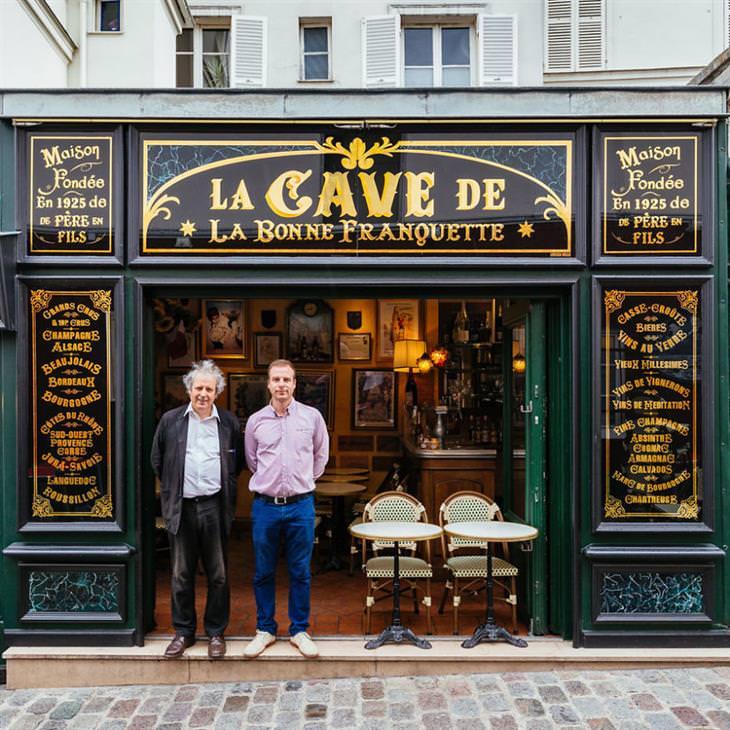 Lojinhas de rua em Paris Luc Fracheboud e seu pai Patrick na porta da frente do seu restaurante histórico