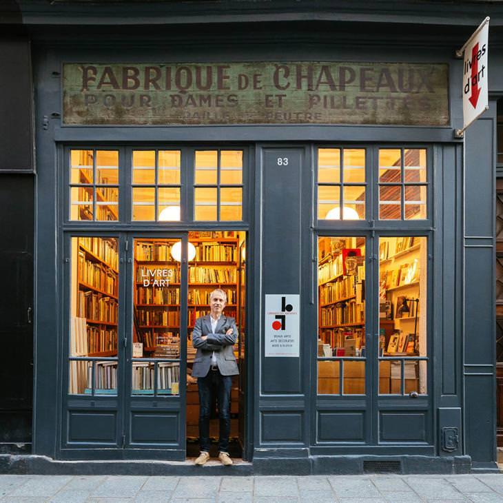 Lojinhas de rua em Paris Stefan Perrier, na frente do que parece ser uma chapelaria, mas é de fato uma importante livraria de arte