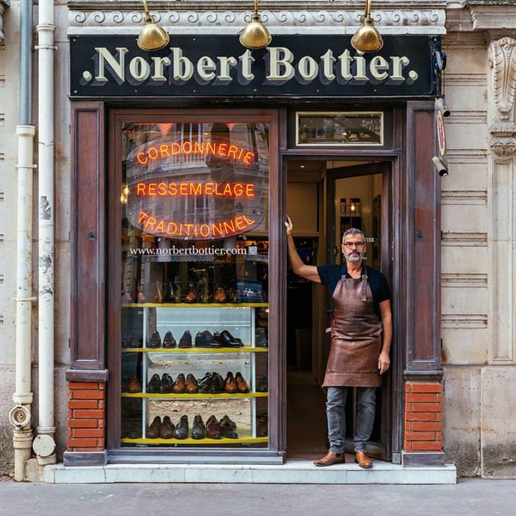 Lojinhas de rua em Paris Norbert exibe com orgulho a coleção de sapatos que ele cria