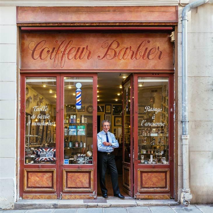 Lojinhas de rua em Paris Alain, na porta de sua barbearia, a mais famosa de Paris