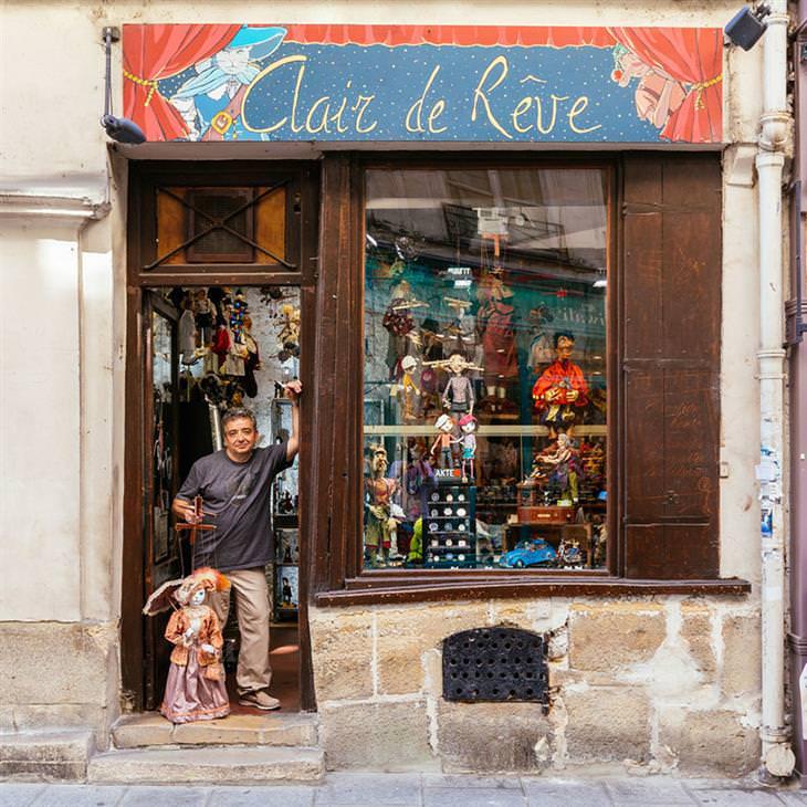 Lojinhas de rua em Paris Gilles Berthommier e um de seus bonecos na porta de sua oficina