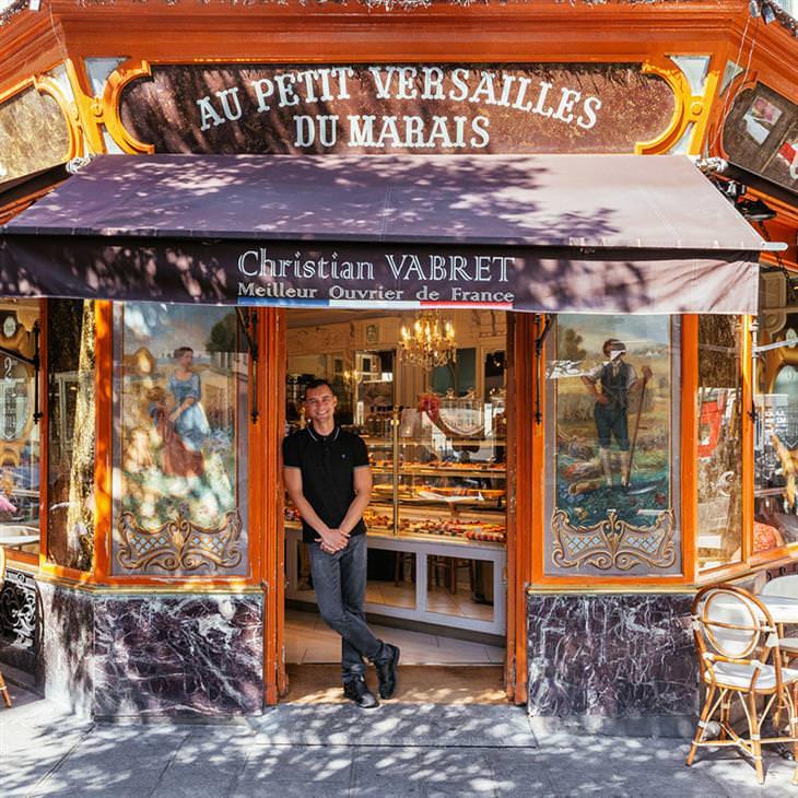 Lojinhas de rua em Paris # 2 Julien Houssais dá boas-vindasquem gosta de doces na luxuosaconfeitariaque ele administra