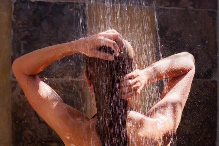 Especialistas revelam: quantas vezes você realmente deve tomar banho
