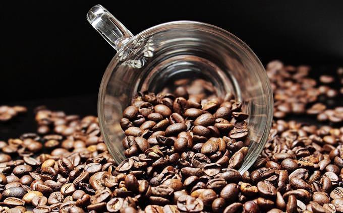 מבחן קפה: כוס קפה בתוך פולי קפה