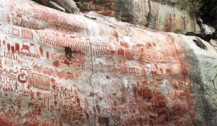 Fotografias de pinturas rupestres e arte rupestre em um penhasco de 13 km na Floresta Amazônica Ocidental, chamada de Capela Sistina dos Antigos