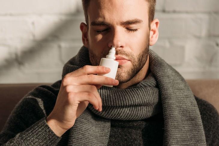 Bizarros e desconhecidos vícios usar spray nasal