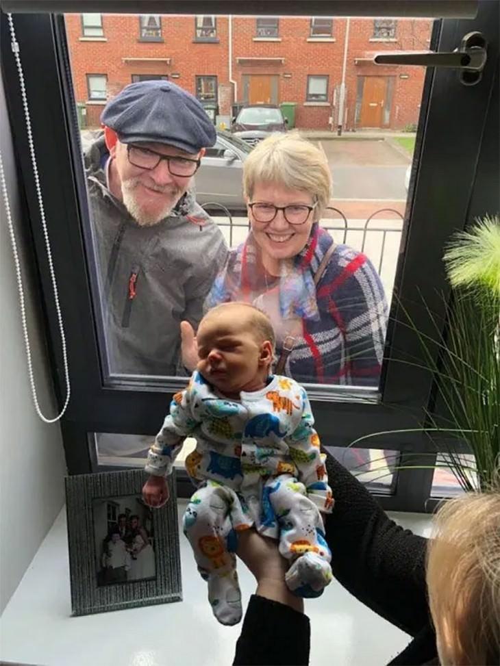 Avós conhecendo o netinho