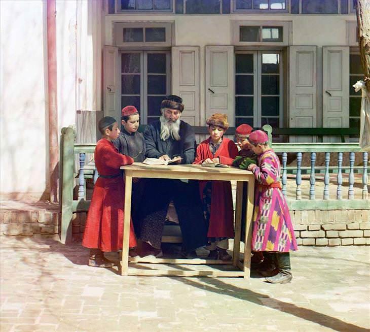 Um rabino com alguns estudantes (1911)