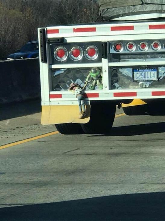 Imagens feitas a caminho do trabalho - boneco no caminhão