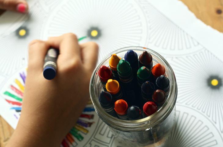Fatos sobre as cores criança pintando com giz de cera