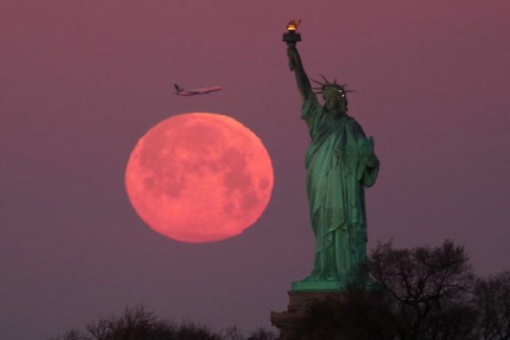 A linda Lua da Florao lado da Estátua da Liberdade, Nova York, EUA
