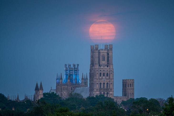 A superlua surgindosobre a Catedral de Ely, Inglaterra, Reino Unido