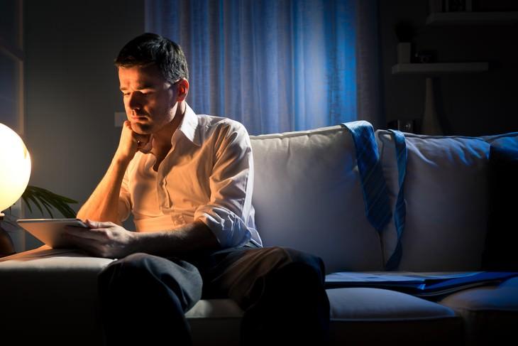 O que é a luz azul e como ela nos afeta? homem lendo
