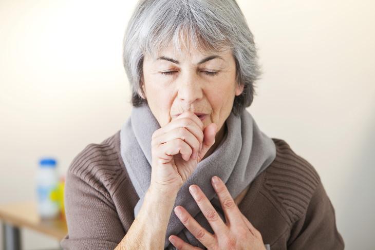 Legionella num banheiro público mulher tossindo