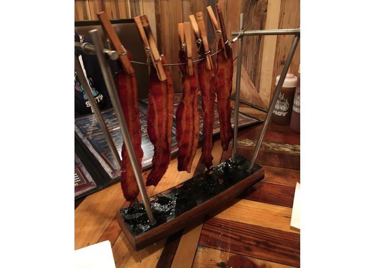 Bacon pendurado em um varal para secar