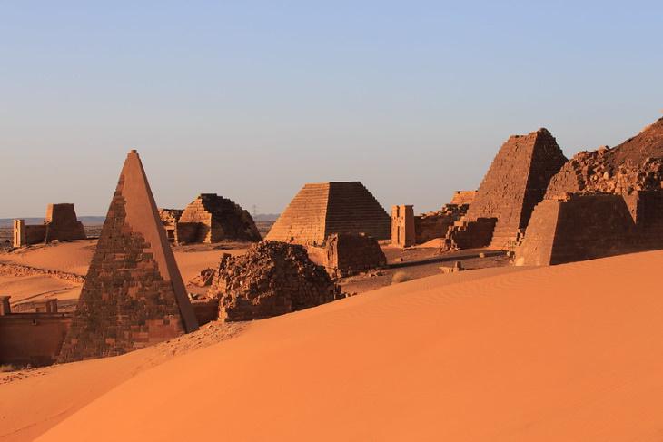 10 fatos históricos fascinantes Pirámide de Meroe, Sudão