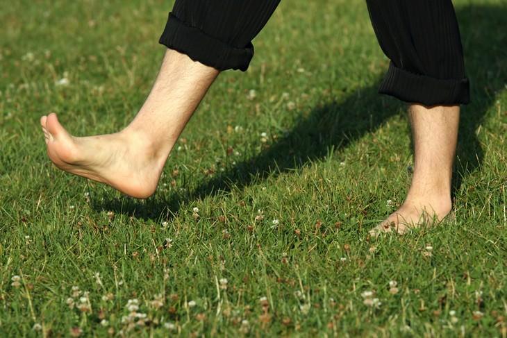 persona caminando descalza