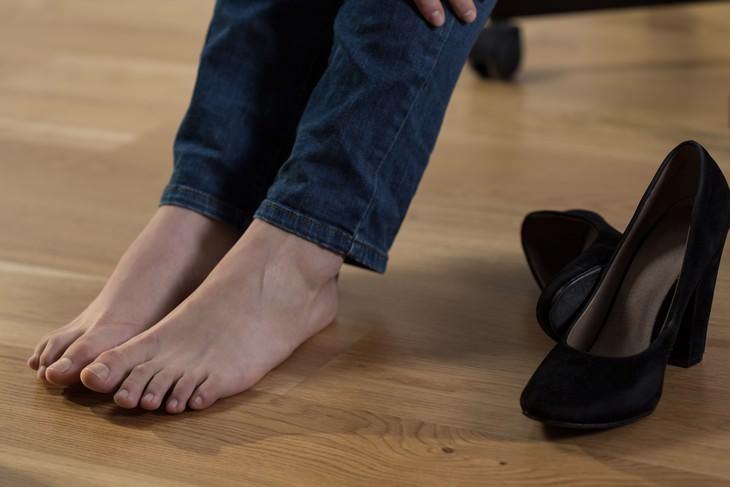 beneficios caminar descalzos