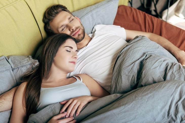 7 Fatos interessantes sobre a psicologia dos sonhos casal dormindo