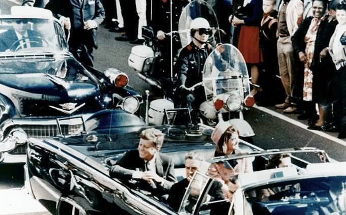 John Kennedy no carro