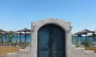 Porta construída em uma parede na praia