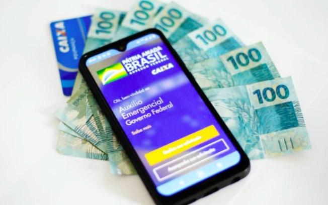 Golpes on-line smartfone e notas de dinheiro