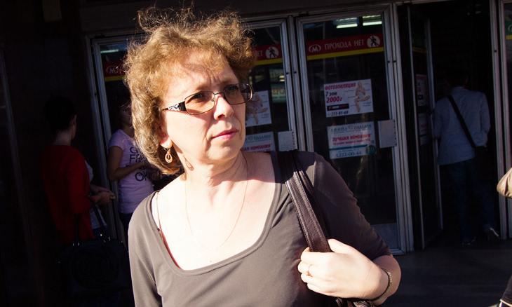 Mulher de meia-idade de óculos